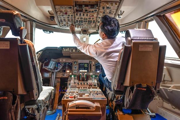 Пилот авиакомпании работает в кокпите