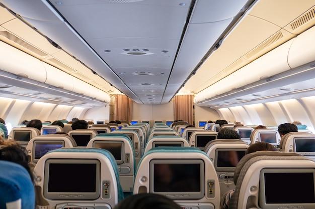 Ряды сидений авиакомпании с цифровым дисплеем на самолете