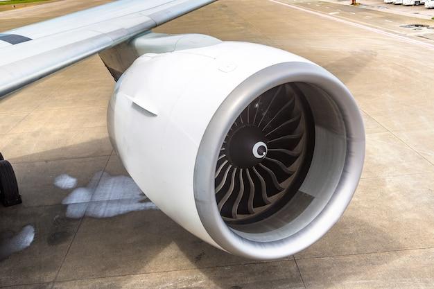 飛行機とエンジン