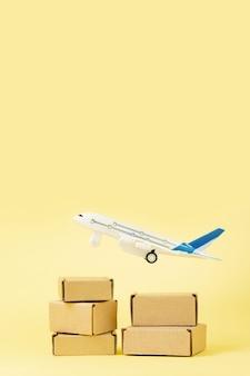 비행기와 골판지 상자 더미입니다. 항공 화물 및 소포, 항공우편의 개념입니다. 상품 및 제품의 빠른 배송. 화물 항공기
