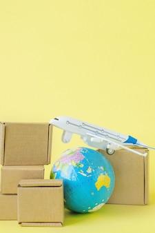 비행기와 골판지 상자 더미입니다. 항공 화물 및 소포, 항공우편의 개념입니다. 상품 및 제품의 빠른 배송