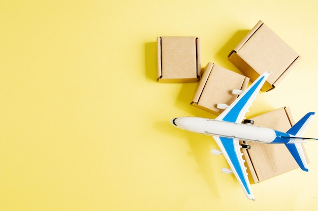 비행기와 골 판지 상자의 스택입니다. 항공화물 및 소포, 항공 우편의 개념입니다. 상품 및 제품의 빠른 배송