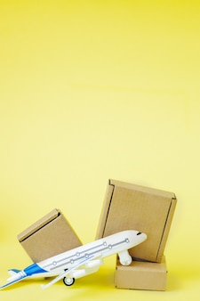 비행기와 골 판지 상자 스택입니다. 항공화물 및 소포, 항공 우편의 개념.