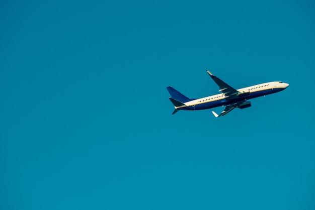 Самолет вокруг пляжа фаро.