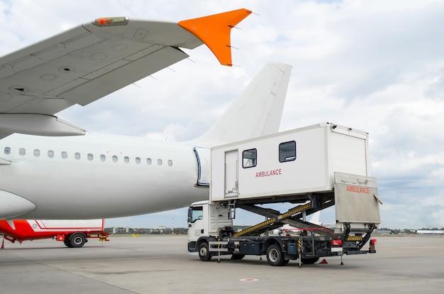 障害者用のはしごを積んでいる空港の飛行機。