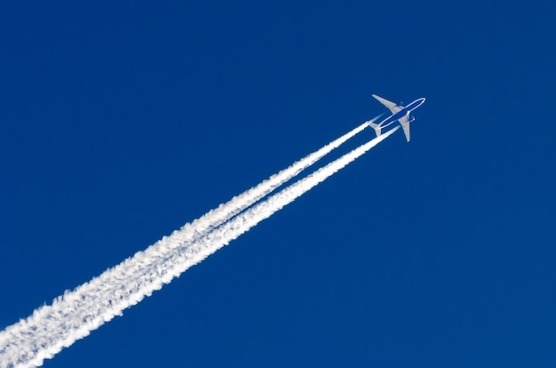 飛行機の大きな2つのエンジンの航空空港の飛行機雲。