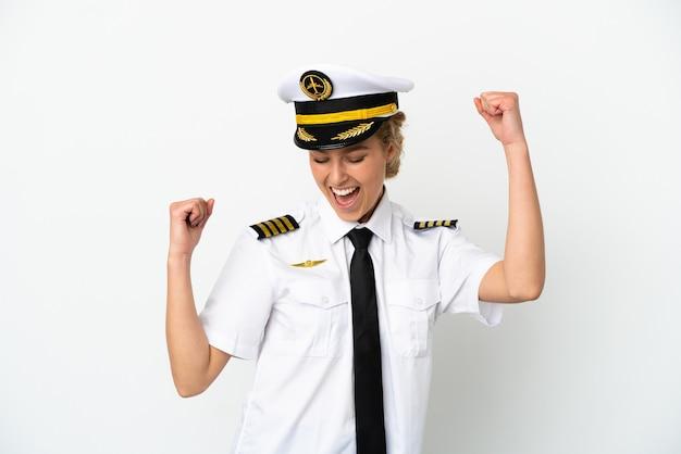 Пилот самолета блондинка, изолированные на белом фоне, празднует победу