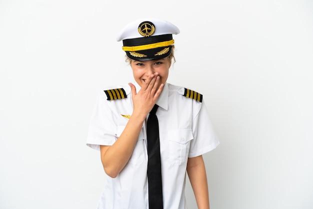비행기 금발 여자 조종사 흰색 배경에 고립 행복 하 고 손으로 입을 덮고 웃 고