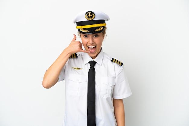 Пилот белокурая женщина самолета изолированный на белой предпосылке делая телефонный жест. перезвони мне знак