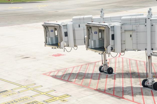 승객 탑승 또는 비행기를 기다리는 jetway 공항에서 비행기 다리