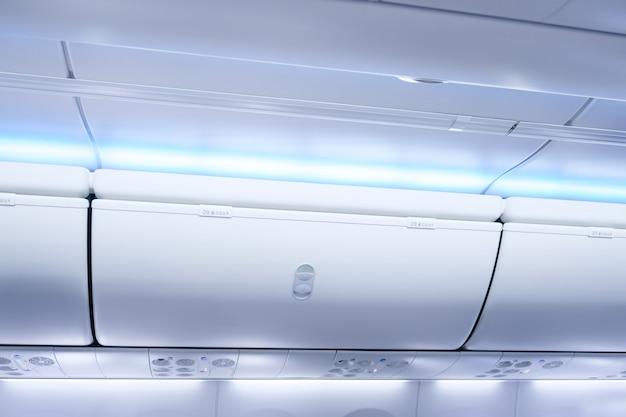 荷物コンパートメントを備えた飛行機のキャビン、機内での出発準備の荷物