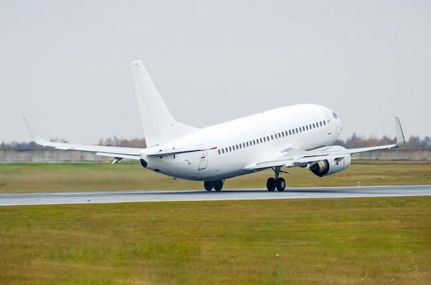 飛行機のデタッチは空港の滑走路から離陸します。
