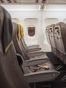 Пустое место в самолете внутри самолета. ограничение путешествия концепции.