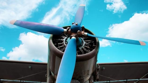 青い背景の飛行機のエンジンブレード。古典的な航空
