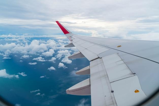 Самолет, летающий над облаками