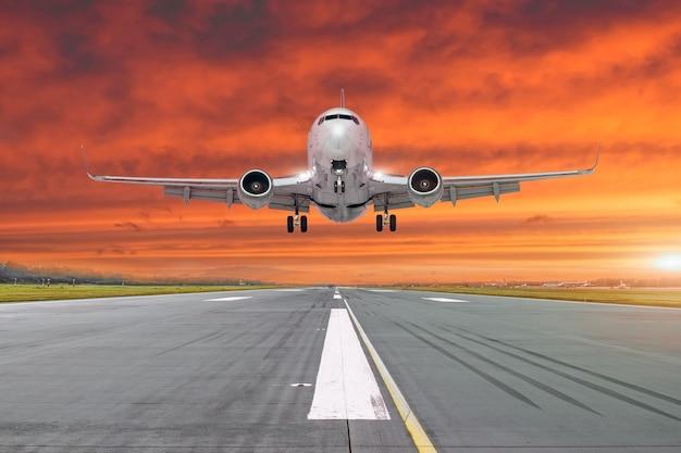 비행기가 저녁에 활주로에 착륙합니다.
