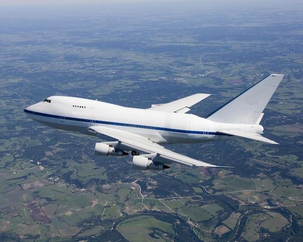 맑은 날에 하늘을 날고있는 비행기