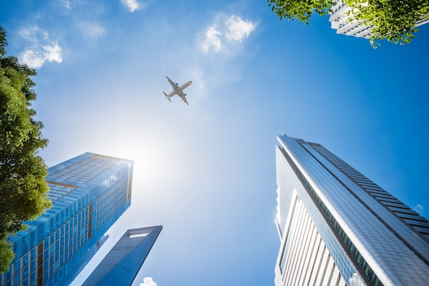 超高層ビルを飛行する飛行機