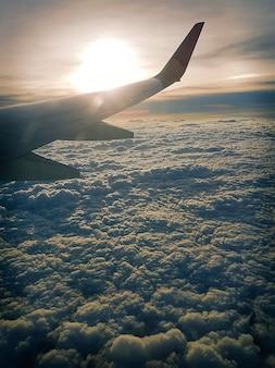 Самолет пролетел над облаками