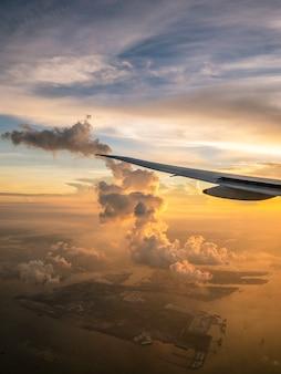 Взгляд летания самолета изнутри окна на зоре. прекрасный горизонт. концепция путешествия