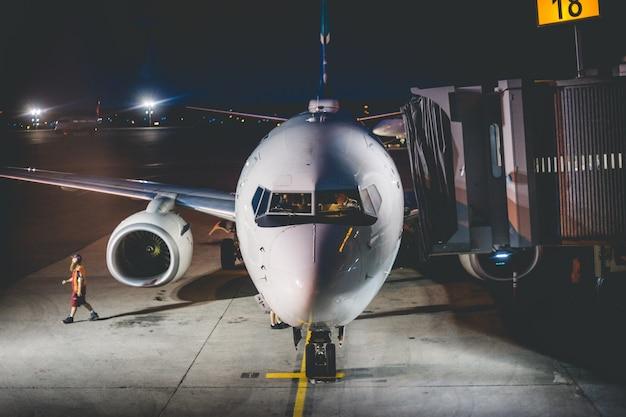 夜の空港で飛行機