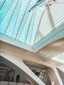 유리 천장이있는 박물관에서 비행기