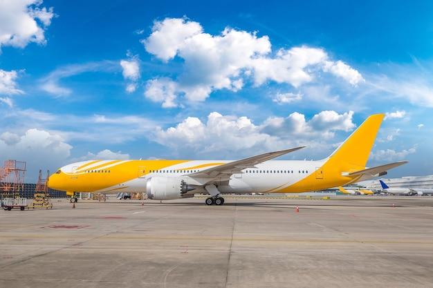 Самолет в аэропорту сингапура чанги в сингапуре