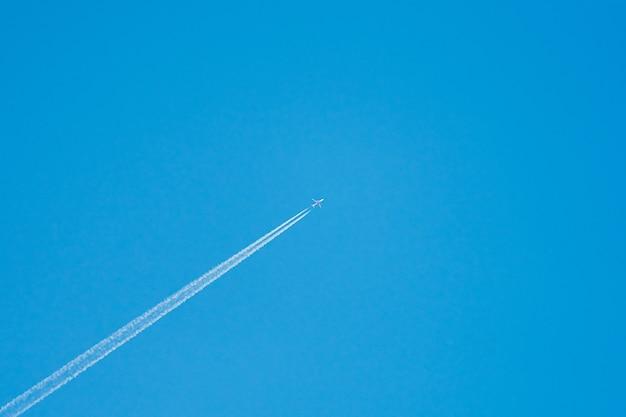Самолет в небе по центру