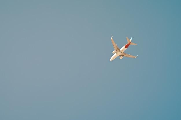 青い空の飛行機
