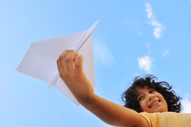 하늘에 대 한 어린이의 손에 비행기