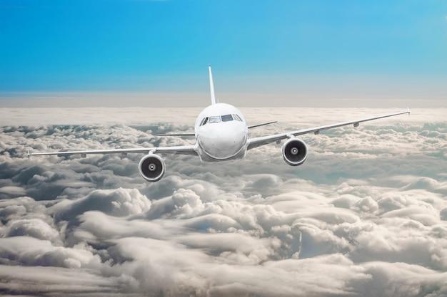 구름 비행 여행 태양 높이 위의 하늘에 비행기.