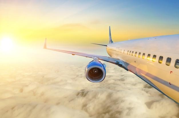 Самолет в небе на рассвете вид крыла и двигателя