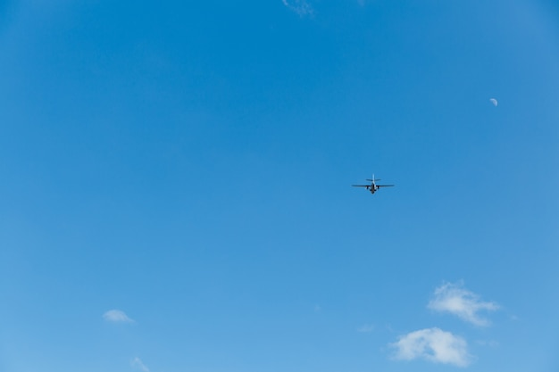 Самолет в небе в солнечный день