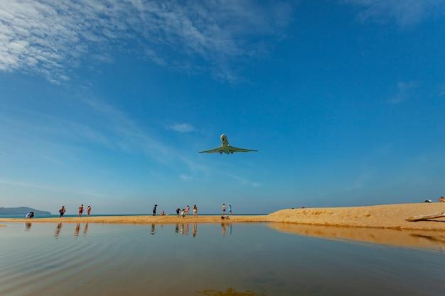 プーケット空港マイカオビーチでの飛行機の着陸