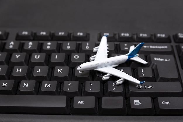 Модель самолета на клавиатуре. онлайн бронирование авиабилетов. покупка билетов.