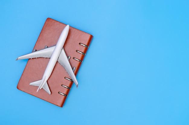 飛行機、ビジネス旅行コンセプト、青色のコピースペース