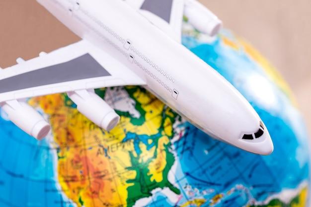 Самолет на фоне земного шара