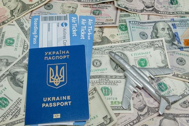 달러에 대한 비행기, 여권 및 항공권 프리미엄 사진