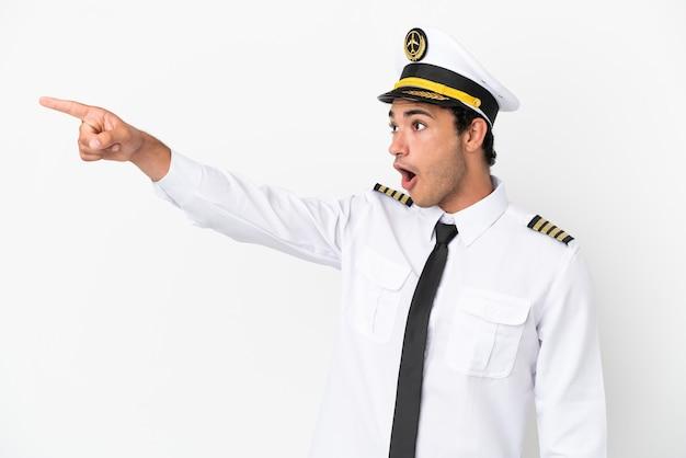 離れて指している孤立した白い背景上の飛行機のパイロット