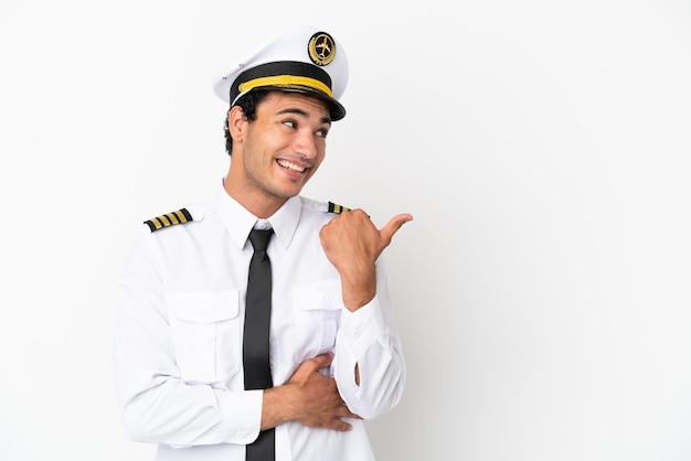 製品を提示する側を指している孤立した白い背景上の飛行機のパイロット