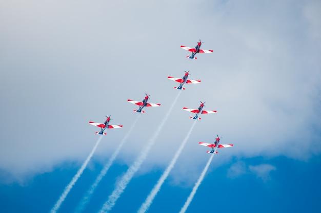 飛行機ショー-曲技飛行チーム航空ショー飛行機が空を飛んでいます。