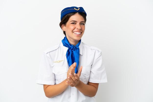 흰색 배경에 격리된 비행기 스튜어디스 백인 여성이 회의에서 프레젠테이션을 한 후 박수를 치고 있습니다.