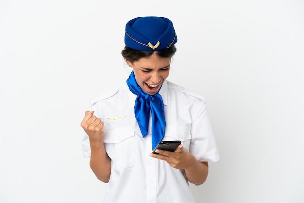 흰색 배경에 격리된 비행기 스튜어디스 백인 여성이 놀라 메시지를 보냈다.