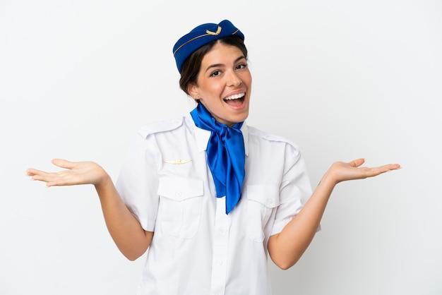 충격된 표정으로 흰색 배경에 고립 된 비행기 스튜어디스 백인 여자
