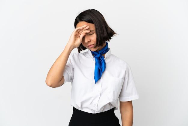 Стюардесса самолета на изолированном фоне с усталым и больным выражением лица