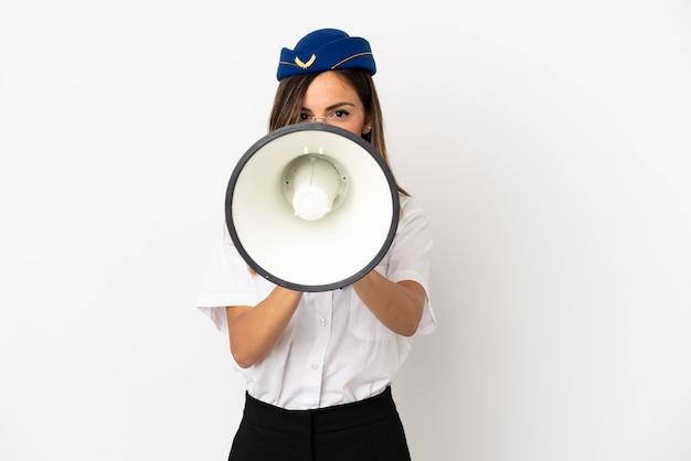 Стюардесса самолета на изолированном белом фоне кричит в мегафон