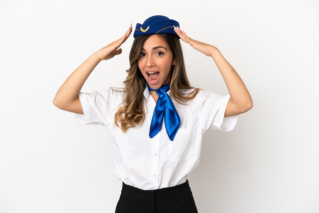 Стюардесса самолета на изолированном белом фоне с удивленным выражением лица