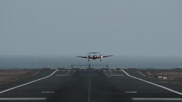 바다로 공항에서 이륙하는 비행기