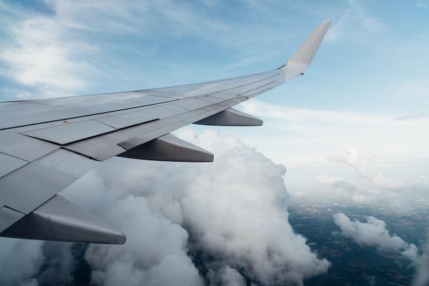 飛行機の翼と窓からの雲