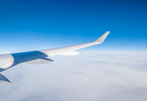 青い空の飛行機の翼。高品質の写真